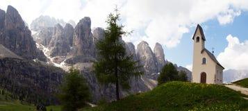 Chapelle avec des montagnes Image stock