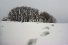 Chapelle avec des voies en hiver Photographie stock libre de droits