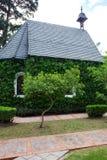 Chapelle avec les arbres verts Images stock