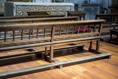 Chapelle, bancs à prier à l'intérieur d'une église concept de la foi et du Re image libre de droits