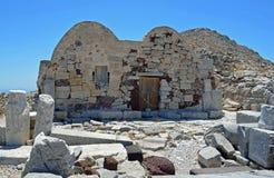 Chapelle bizantine dans le site antique supérieur de colline de Thera sur l'île grecque Santorini photographie stock
