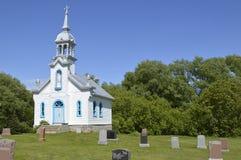 Chapelle blanche dans le pays Images stock