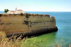 Chapelle blanche sur le dessus d'une falaise Images stock