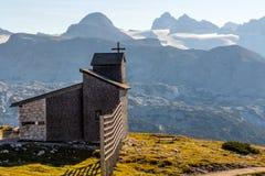 Chapelle chez le Dachstein sur le chemin aux cinq doigts regardant la plate-forme photos libres de droits