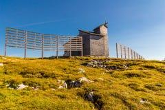Chapelle chez le Dachstein sur le chemin aux cinq doigts regardant la plate-forme image libre de droits