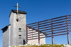 Chapelle chez le Dachstein sur le chemin aux cinq doigts regardant la plate-forme photographie stock libre de droits