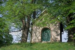 Chapelle chrétienne dans la nature Photographie stock libre de droits