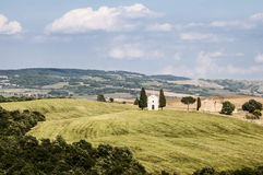 Chapelle dans la campagne toscane Photos stock