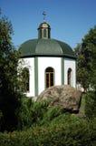 Chapelle dans le cadre des arbres, des pierres et du ciel Photos stock
