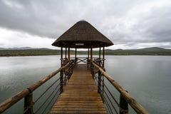 Chapelle de mariage sur un lac avec le fond nuageux Photo libre de droits