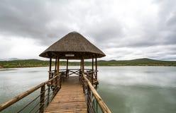 Chapelle de mariage sur un lac avec le fond nuageux Photos libres de droits