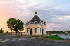 Chapelle de Nicholas le guérisseur au coucher du soleil, Rybinsk, Russie Image libre de droits