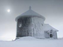 Chapelle de St Lawrence sur la montagne de Sniezka en montagnes de Karkonosze. Images stock