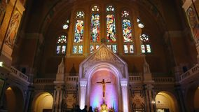 Chapelle du saint Therese de basilique de Lisieux, France de la Normandie, INCLINAISON banque de vidéos