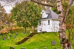 Chapelle en bois blanche de cimetière Photo stock