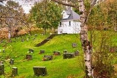 Chapelle en bois blanche de cimetière Photographie stock libre de droits