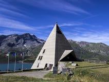 chapelle en forme de pyramide sur Mont-Cenis, France images libres de droits