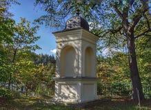 chapelle historique sur une colline à Karlovy Vary photo libre de droits