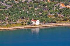 Chapelle méditerranéenne de type par la mer Photos libres de droits
