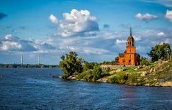 Chapelle orthodoxe moderne sur la rivière de Dneiper en Ukraine Image libre de droits