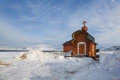 Chapelle orthodoxe sur la côte de la mer de Barents La région polaire Image libre de droits