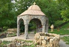 Chapelle ouverte de petite pierre avec deux fontaines images stock