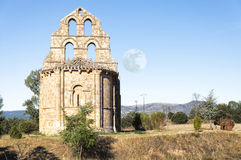 Chapelle romane et lune Photo stock