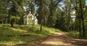 Chapelle sur le bord de la route. photographie stock libre de droits
