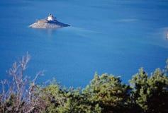 Chapelle sur le lac Serre-Poncon dans les Frances Photographie stock libre de droits