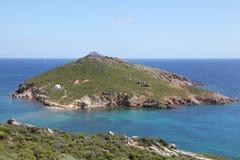 Chapelle sur une petite île grecque Photographie stock libre de droits
