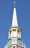 Chapitel blanco con las caras de reloj contra el cielo azul claro Fotos de archivo libres de regalías