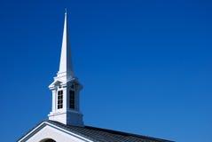 Chapitel blanco y azotea de la iglesia - horizontales Imágenes de archivo libres de regalías