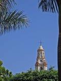 Chapitel de la iglesia a través de las palmas Imagen de archivo