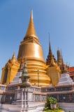 Chapitel de oro grande del templo contra un cielo azul marino en el palacio magnífico, Tailandia Foto de archivo libre de regalías