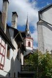 Chapitel y casas históricos viejos de la iglesia en Ediger Alemania foto de archivo