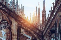 Chapiteles y estatuas del Duomo de la catedral de Milán fotos de archivo libres de regalías