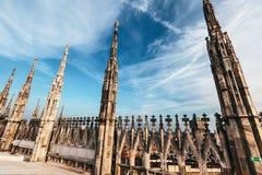 Chapiteles y estatuas del Duomo de la catedral de Mil?n fotografía de archivo libre de regalías
