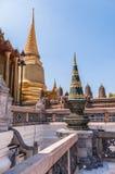 Chapiteles y templos en el palacio magnífico, Tailandia Foto de archivo