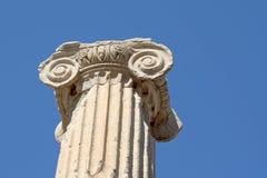 Chapiter ionico della colonna di ordine contro cielo blu fotografie stock libere da diritti