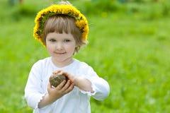 chaplet dziewczyny mały uśmiechnięty kolor żółty Zdjęcia Royalty Free