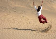 Chaplin sautant dans les dunes image stock