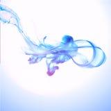 Chapoteo abstracto del agua azul aislado en el fondo blanco Imagen de archivo