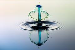 Chapoteo abstracto del agua del fondo, colisión de descensos imagenes de archivo