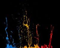 Chapoteo abstracto del color en fondo negro imágenes de archivo libres de regalías