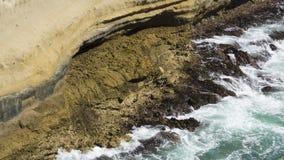 Chapoteo de la agua de mar la roca Imagen de archivo