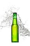 Chapoteo de la botella de cerveza Imágenes de archivo libres de regalías