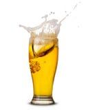 Chapoteo de la cerveza fotos de archivo