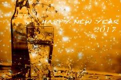 Chapoteo de la cerveza con el bokeh del brillo de la estrella, la Navidad y el conce del Año Nuevo Fotos de archivo libres de regalías