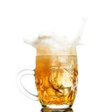 Chapoteo de la cerveza en vidrios en blanco fotografía de archivo