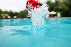 Chapoteo de la decoración del árbol del Año Nuevo del agua Foto de archivo libre de regalías